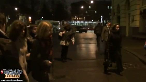 pikaperi-ishut-novuyu-zhertvu-v-markete-porno-devushka-pisaetsya-v-kolgotki-video